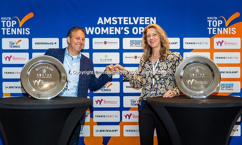Amstelveen, Netherlands, 10 Juli, 2021, National Tennis Center, NTC, Amstelveen Womans Open, Singles final:  Tournament directoe Kristie Bogert and sponsor Ronald Coster<br /> Photo: Henk Koster/tennisimages.com