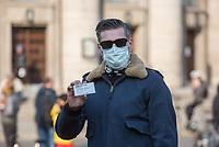 """Etwa 3 dutzend Menschen versuchten am Samstag den 28. Maerz 2020 in Berlin-Mitte, trotz einem allgemeinen Versammlungsverbot durch die Behoerden sich zu einer """"Hygienedemo"""" zu versammeln. Ihre Forderung war """"fuer unsere Verfassung, das Grundgesetz, sowie Transparenz, Pressefreiheit, Wahlen und vollstaendige Demokratie & Transparenz bei der Einsetzung neuer Wirtschaftsgesetze in Form einer """"Verfassung der Oekonomie"""".<br /> Es wurden Exemplare des Grundgesetz verteilt. Die Polizei forderte die Menschen auf sich zu zerstreuen und nach ca. 30 Minuten nahm sie von Menschen, die der Aufforderung nicht nachkamen die Personalien auf und erteilte Platzverweise.<br /> Aufgerufen zu der Aktion hatte eine Gruppe namens """"nichtohneuns.de"""".<br /> Im Bild: Der ehemalige Radiomorderator Ken Jebsen, der in der Vergangenheit durch antisemitische und verschwoerungstheroretische Aeusserungen aufgefallen ist und aufgrund dieser vom """"Rundfunk Berlin Brandenburg"""" (rbb) gekuendigt wurde.<br /> 28.3.2020, Berlin<br /> Copyright: Christian-Ditsch.de<br /> [NUR FUER REDAKTIONELLE ZWECKE! Werbung nur auf Anfrage beim Fotografen. Inhaltsveraendernde Manipulation des Fotos nur nach ausdruecklicher Genehmigung des Fotografen. Vereinbarungen ueber Abtretung von Persoenlichkeitsrechten/Model Release der abgebildeten Person/Personen liegen nicht vor. NO MODEL RELEASE! Don't publish without copyright Christian-Ditsch.de, Veroeffentlichung nur mit Fotografennennung, sowie gegen Honorar, MwSt. und Beleg. Konto: I N G - D i B a, IBAN DE58500105175400192269, BIC INGDDEFFXXX, Kontakt: post@christian-ditsch.de<br /> Bei der Bearbeitung der Dateiinformationen darf die Urheberkennzeichnung in den EXIF- und  IPTC-Daten nicht entfernt werden, diese sind in digitalen Medien nach §95c UrhG rechtlich geschuetzt. Der Urhebervermerk wird gemaess §13 UrhG verlangt.]"""