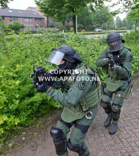 Arnhem, 070612<br /> Een terreurgroep loopt over de Groningersingel onderweg naar winkelcentrum Kronenburg.<br /> <br /> Foto: Sjef Prins - APA Foto