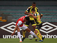 BOGOTA - COLOMBIA, 06-10-2020: Jonathan Herrera del Santa Fe disputa el balón con Cleider Alzate de Alianza durante partido entre Independiente Santa Fe y Alianza Petrolera por la fecha 12 de la Liga BetPlay DIMAYOR I 2020 jugado en el estadio Nemesio Camacho El Campín de la ciudad de Bogotá. / Jonathan Herrera of Santa Fe vies for the ball with Cleider Alzate of Alianza during match between Independiente Santa Fe and Alianza Petrolera for the date 12 as part of BetPlay DIMAYOR League I 2020 played at Nemesio Camacho El Campín stadium in Bogota city. Photo: VizzorImage / Santiago Cortes / Cont