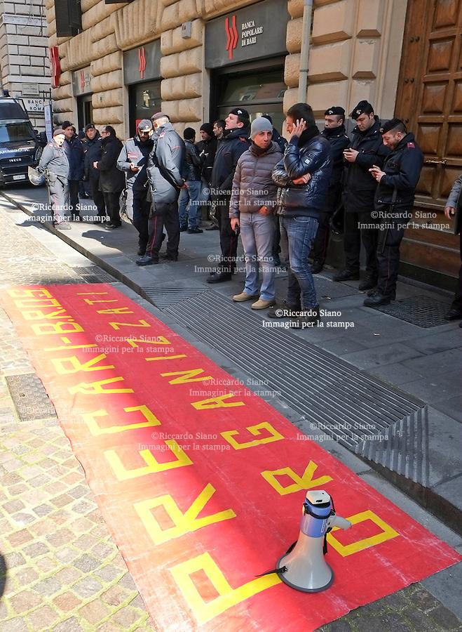 - NAPOLI  13  FEB    2014 - protesta precari fuori consiglio comunale