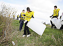 20/04/2010   Copyright  Pic : James Stewart.10_helix_litter  .::  HELIX PROJECT ::  KIDS FROM BRAES HIGH SCHOOL TAKE PART IN THE LITTER PICK AT THE FORTH & CLYDE CANAL BETWEEN LOCK 2 AND THE BLUE BRIDGE ::.
