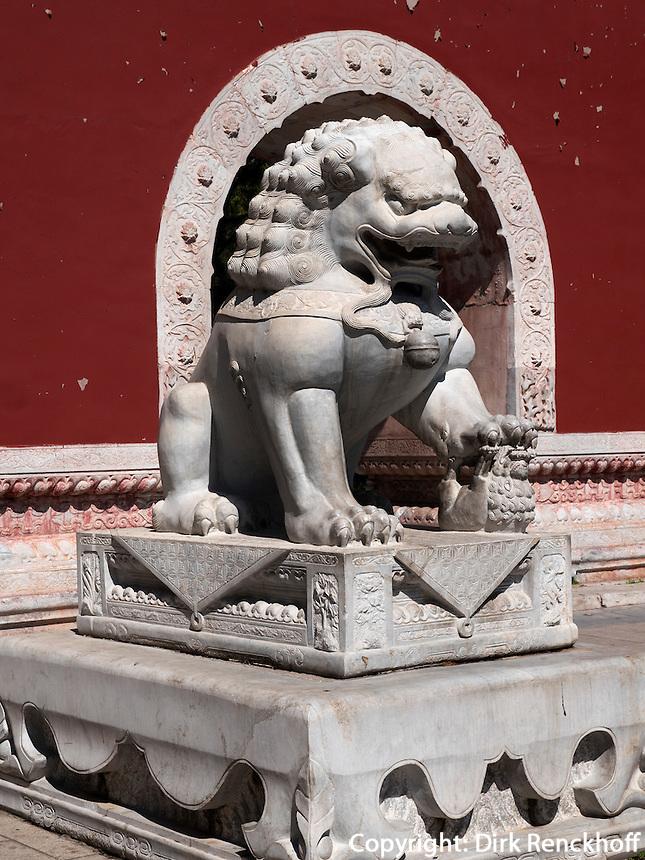 Pailou-Ehrentor im BeiHai Park, Peking, China, Asien<br /> Pailou Gate of honor in Beihai Park, Beijing, China, Asia