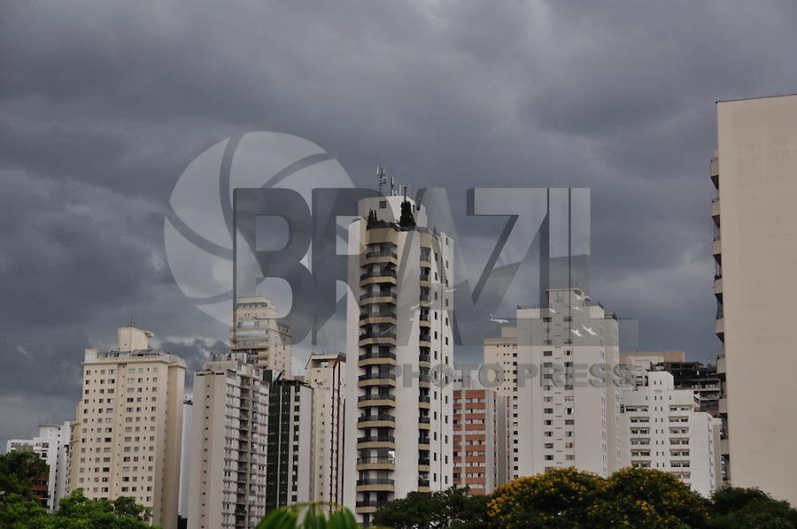 SÃO PAULO, SP, 17.02.2015- CLIMA-SP - Nuvens carregadas são vistas na região do Campo Belo, na zona sul de São Paulo, na tarde desta quarta-feira, 17. (Foto: Renato Gizzi/Brazil Photo Press)