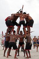 IV Jogos Tradicionais  Indígenas do Pará.<br /> <br /> Gavião Kiykatejê, se aquecem brincando antes do cabo de força.<br /> <br /> <br /> Quinza etnias participam dos  IV Jogos Indígenas, iniciados neste na íntima sexta feira. Aikewara (de São Domingos do Capim), Araweté (de Altamira), Assurini do Tocantins (de Tucuruí), Assurini do Xingu (de Altamira), Gavião Kiykatejê (de Bom Jesus do Tocantins), Gavião Parkatejê (de Bom Jesus do Tocantins), Guarani (de Jacundá), Kayapó (de Tucumã), Munduruku (de Jacareacanga), Parakanã (de Altamira), Tembé (de Paragominas), Xikrin (de Ourilândia do Norte), Wai Wai (de Oriximiná). Participam ainda as etnias convidadas - Pataxó (da Bahia) e Xerente (do Tocantins).<br /> Mais de 3 mil pessoas lotaram as arquibancadas da arena de competição.<br /> Praia de Marudá, Marapanim, Pará, Brasil.<br /> Foto Paulo Santos<br /> 76/09/2014