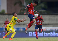 ITAGÜI - COLOMBIA - 19 - 03 - 2018: Edisson Restrepo (Izq.) jugador de Leones disputa el balón con German Cano (Der.), jugador de Deportivo Independiente Medellin, durante el partido entre Leones F.C. y Deportivo Independiente Medellin, de la fecha 9 por la Liga Águila I 2018, jugado en el Metropolitano Ciudad de Itagüi-Ditaires de la ciudad de Itagüi. / Edisson Restrepo (L) player of Leones vies for the ball with German Cano (R), jugador de Deportivo Independiente Medellin, during match between Leones F.C. and Deportivo Independiente Medellin, of the 9th date for the Aguila League I 2018, played at Metropolitano Ciudad de Itagüi-Ditaires stadium in Itagüi city. Photo: VizzorImage/ León Monsalve / Cont.