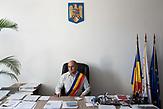 Der Bürgermeister von Rosia, Ioan David in seinem Büro. / Eine der 25 Waldorfschulen Rumäniens liegt in dem fast ausschließlich von Roma bewohnten Dorf Rosia in der Mitte des Landes. Anders als in Deutschland kommen die Schüler nicht aus bürgerlichen Familien, sondern meist aus einfachen Verhältnissen.