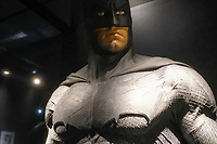 BATMAN, COSTUME PORTE PAR BEN AFFLECK, BATMAN V SUPERMAN L'AUBE DE LA JUSTICE, 2016 - EXPOSITION DC COMICS 'L'AUBE DES SUPER-HEROS' A ART LUDIQUE-LE MUSEE, PARIS, FRANCE, LE 31/03/2017.