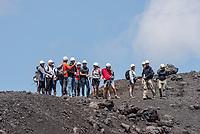 Touristen wandern am Rand eines Kraters des Vulkan Etna auf Sizilien.<br /> Der Etna ist einer der wenigen aktiven Vulkan in Europa.<br /> 24.7.2020, Parco dell'Etna<br /> Copyright: Christian-Ditsch.de