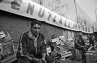 Storico Carnevale di Ivrea, Battaglia delle Arance. Un lanciatore esausto si riposa tra le cassette --- Historic Carnival of Ivrea, Battle of the Oranges. An exhausted thrower resting between boxes