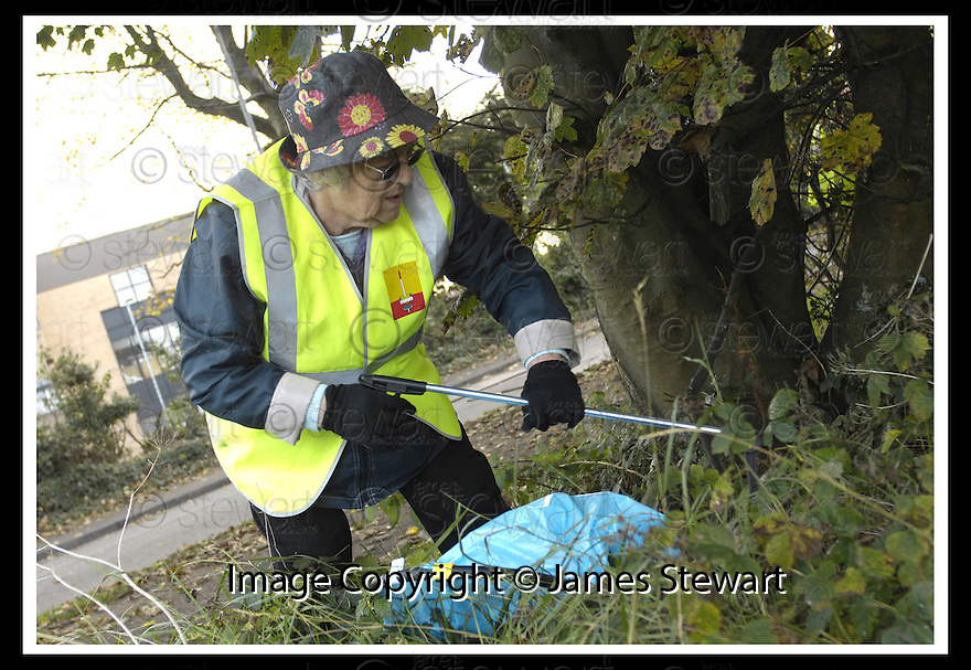 22/10/2007       Copyright Pic: James Stewart.File Name : 05_Larbert_Litter.MEMBERS OF THE PUBLIC GET TOGETHER ON THE STREETS AROUND LARBERT TO COLLECT LITTER.James Stewart Photo Agency 19 Carronlea Drive, Falkirk. FK2 8DN      Vat Reg No. 607 6932 25.Office     : +44 (0)1324 570906     .Mobile   : +44 (0)7721 416997.Fax         : +44 (0)1324 570906.E-mail  :  jim@jspa.co.uk.If you require further information then contact Jim Stewart on any of the numbers above........