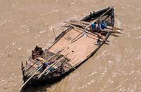INDIA Bihar, Ganges River, transport of construction sand on river boat / INDIEN Bihar, Transport von Sand fuer die Bauindustrie per Boot auf dem Ganges Fluss