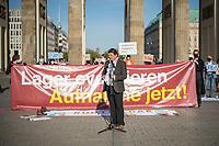 """Mehrere Menschenrechts- und Fluechtlingsorganisationen haben auf einer Kundgebung am Donnerstag den 23. April 2020 in Berlin von den EU-Staaten die rasche Aufnahme von Fluechtlingen aus Griechenland gefordert. Die Camps auf den griechischen Inseln muessten angesichts der Corona-Krise sofort aufgeloest werden, denn sie drohten zu """"pandemischen Hotspots"""" zu werden, hiess es in einem Aufruf des Republikanischen Anwaeltinnen- und Anwaeltevereins (RAV). Dazu fand am Donnerstag in Berlin eine Kundgebung statt, die live im Internet uebertragen wurde. Daran beteiligten sich unter anderem auch Vertreter von Amnesty International, vom European Center for Constitutional and Human Rights (ECCHR), vom Unteilbar-Buendnis sowie Vertreter weiterer Organisationen.<br /> Die Kundgebung fand mit 20 Personen unter den strengen Auflagen anlaesslich der Covid-19-Pandemie statt.<br /> Im Bild: Wolfgang Kaleck, Rechtsanwalt, Generalsekretaer des European Center for Constitutional and Human Rights (ECCHR).<br /> 23.4.2020, Berlin<br /> Copyright: Christian-Ditsch.de<br /> [NUR FUER REDAKTIONELLE ZWECKE! Werbung nur auf Anfrage beim Fotografen. Inhaltsveraendernde Manipulation des Fotos nur nach ausdruecklicher Genehmigung des Fotografen. Vereinbarungen ueber Abtretung von Persoenlichkeitsrechten/Model Release der abgebildeten Person/Personen liegen nicht vor. NO MODEL RELEASE! Don't publish without copyright Christian-Ditsch.de, Veroeffentlichung nur mit Fotografennennung, sowie gegen Honorar, MwSt. und Beleg. Konto: I N G - D i B a, IBAN DE58500105175400192269, BIC INGDDEFFXXX, Kontakt: post@christian-ditsch.de<br /> Bei der Bearbeitung der Dateiinformationen darf die Urheberkennzeichnung in den EXIF- und  IPTC-Daten nicht entfernt werden, diese sind in digitalen Medien nach §95c UrhG rechtlich geschuetzt. Der Urhebervermerk wird gemaess §13 UrhG verlangt.]"""