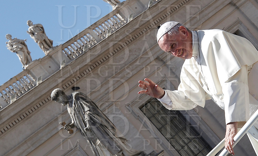 Papa Francesco salut i fedeli al termine dell'udienza generale del mercoledi' in Piazza San Pietro, Citta' del Vaticano, 7 giugno, 2017.<br /> Pope Francis waves to faithful as he leaves at the end of his weekly general audience in St. Peter's Squareat the Vatican, on June 7, 2017.<br /> UPDATE IMAGES PRESS/Isabella Bonotto<br /> STRICTLY ONLY FOR EDITORIAL USE