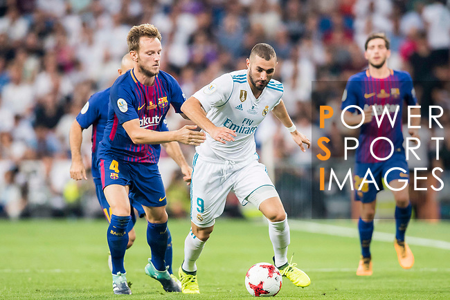 Karim Benzema (r) of Real Madrid battles for the ball with Ivan Rakitic of FC Barcelona during their Supercopa de Espana Final 2nd Leg match between Real Madrid and FC Barcelona at the Estadio Santiago Bernabeu on 16 August 2017 in Madrid, Spain. Photo by Diego Gonzalez Souto / Power Sport Images