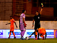 ENVIGADO - COLOMBIA, 26-09-2020: Luis Fernando Trujillo, arbitro muestra tarjeta amarilla a Jhon Duran de Envigado F. C. durante partido entre Envigado F. C. y Atletico Junior  de la fecha 10 por la Liga BetPlay DIMAYOR I 2020, en el estadio Polideportivo Sur de la ciudad de Envigado. / Luis Fernando Trujillo, referee shows yellow card to Jhon Duran of Envigado F. C. during a match between Envigado F. C., and Atletico Junior of the 10th date  for the BetPlay DIMAYOR Leguaje I 2020 at the Polideportivo Sur stadium in Envigado city. Photo: VizzorImage / Luis Benavides / Cont.