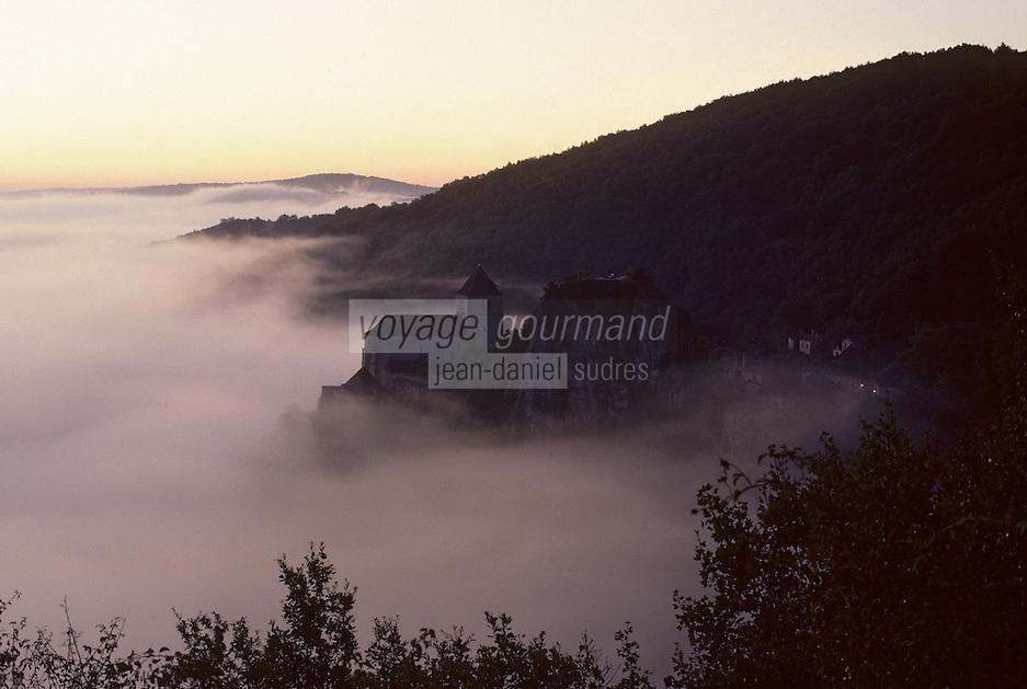 Europe/France/Midi-Pyrénées/46/Lot/Saint-Cirq-Lapopie : Brouillard matinal à l'aube