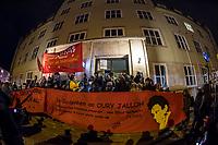 Demonstration am Sonntag den 7. Januar 2018 in Dessau anlaesslich des 13. Todestages des Sierra Leoners Oury Jalloh, der am 7. Januar 2005 unter bislang nicht geklaerten Umstaenden in einer Gewahrsamszelle in der Polizeiwache Wolfgangstrasse, bei lebendigem Leib verbrannte. Der damals wachhabende Dienstgruppenleiter wurde 2012 wegen fahrlaessiger Toetung verurteilt.<br /> Im November 2017 wurde bekannt, dass die Staatsanwaltschaft Dessau-Rosslau davon ausgeht, dass eine Selbstentzuendung durch den gefesselten Oury Jalloh unwahrscheinlich sei und stattdessen den Einsatz von Brandbeschleuniger und die Beteiligung Dritter fuer wahrscheinlich haelt. Der Staatsanwaltschaft wurde jedoch das Verfahren entzogen und an die Staatsanwaltschaft Halle uebergeben die im Oktober 2017 das Verfahren einstellte.<br /> An der Demonstration beteiligten sich ca. 3.500 Menschen.<br /> Im Bild: Die Demonstration fand ihren Abschluss vor der Polizeiwache Wolfgangstrasse.<br /> 7.1.2018, Dessau<br /> Copyright: Christian-Ditsch.de<br /> [Inhaltsveraendernde Manipulation des Fotos nur nach ausdruecklicher Genehmigung des Fotografen. Vereinbarungen ueber Abtretung von Persoenlichkeitsrechten/Model Release der abgebildeten Person/Personen liegen nicht vor. NO MODEL RELEASE! Nur fuer Redaktionelle Zwecke. Don't publish without copyright Christian-Ditsch.de, Veroeffentlichung nur mit Fotografennennung, sowie gegen Honorar, MwSt. und Beleg. Konto: I N G - D i B a, IBAN DE58500105175400192269, BIC INGDDEFFXXX, Kontakt: post@christian-ditsch.de<br /> Bei der Bearbeitung der Dateiinformationen darf die Urheberkennzeichnung in den EXIF- und  IPTC-Daten nicht entfernt werden, diese sind in digitalen Medien nach §95c UrhG rechtlich geschuetzt. Der Urhebervermerk wird gemaess §13 UrhG verlangt.]