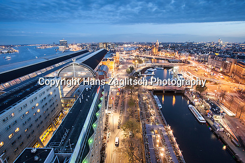 Blick auf IJ, Centraal Station und Altstadt von Amsterdam