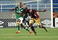 CALI - COLOMBIA -10-04-2014: Yerson Candelo (Izq.) jugador de Deportivo Cali disputan el balón con Danovis Banguero (Der.) jugador de Deportes Tolima durante  partido Deportivo Cali y Deportes Tolima por la fecha 16 de la Liga Postobon I 2014 en el estadio Pascual Guerrero de la ciudad de Cali. / Yerson Candelo (L) player of Deportivo Cali fights for the ball with Danovis Banguero (R) players of Deportes Tolima during a match between Deportivo Cali and Deportes Tolima for the date 16th of the Liga Postobon I 2014 at the Pascual Guerrero stadium in Cali city. Photo: VizzorImage / Luis Ramirez / Staff.
