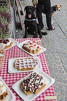Belgique, Flandre-Occidentale, Bruges (Brugge), Gaufres flamandes à l'étal d'une boutique de la vieille ville // Belgium, West Flanders, Bruges (Brugge),  Waffles on the stall of a shop in the old town