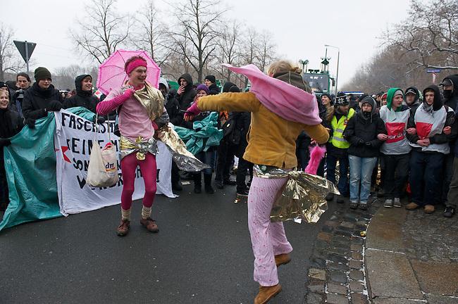 Mehrere tausend Antifaschiten verhinderten am Samstag den 19. Februar 2011 mit Blockaden erfolgreich einen Aufmarsch vor Neonazis aus ganz Europa. An den Protesten und Blockaden beteiligten sich verschiedene Linke Gruppen und Organisationen sowie Bundestags- und Landtagsabgeordnete der SPD und Linkspartei.<br /> Die Neonazis versammeln sich seit mehreren Jahren in Dresden um angeblich der Opfer des Bombardierung der Stadt im Zweiten Weltkrieg zu gedenken. Im Jahre 2010 wurde erstmals erfolgreich der Aufmarsch verhindert.<br /> 19.2.2010, Dresden<br /> Copyright: Christian-Ditsch.de<br /> [Inhaltsveraendernde Manipulation des Fotos nur nach ausdruecklicher Genehmigung des Fotografen. Vereinbarungen ueber Abtretung von Persoenlichkeitsrechten/Model Release der abgebildeten Person/Personen liegen nicht vor. NO MODEL RELEASE! Nur fuer Redaktionelle Zwecke. Don't publish without copyright Christian-Ditsch.de, Veroeffentlichung nur mit Fotografennennung, sowie gegen Honorar, MwSt. und Beleg. Konto: I N G - D i B a, IBAN DE58500105175400192269, BIC INGDDEFFXXX, Kontakt: post@christian-ditsch.de<br /> Bei der Bearbeitung der Dateiinformationen darf die Urheberkennzeichnung in den EXIF- und  IPTC-Daten nicht entfernt werden, diese sind in digitalen Medien nach §95c UrhG rechtlich geschuetzt. Der Urhebervermerk wird gemaess §13 UrhG verlangt.]