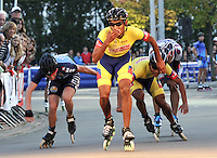 OOSTENDE – BELGICA – 28-08-2013: Boris Peña,   patinador de Colombia gana medalla de oro en la prueba de los 20000 metros eliminación en el patinodromo Mundialista Track en Oostende,  Belgica, agosto 28 de 2013. (Foto: VizzorImage / Luis Ramirez / Staff).  Boris Peña, Colombia skater, wins  the golden medal in the testing of the 20000 meters elimination in the Mundialist Track in Oostende, Belgium, August 28, 2013. (Photo: VizzorImage / Luis Ramirez / Staff).