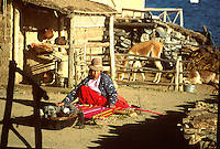 LAGO TITICACA-BOLIVIA. 08-09-2007. Los indígenas Uros, habitantes del Lago Titicaca preservan sus tradiciones a través de los siglos. Uros Indians, inhabitants of Lake Titicaca preserve their traditions through the centuries. . (Photo: VizzorImage)