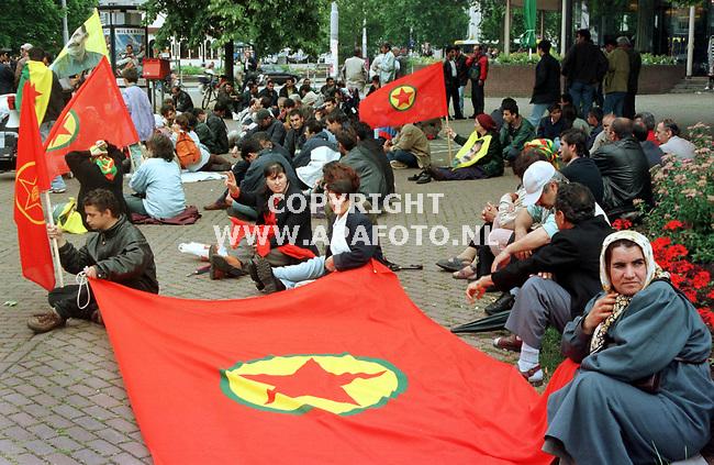 arnhem 290699 in arnhem demonstreerden vandaag enkele honderden koerdische mannen,vrouwen en kinderen tegen het turkse doodvonnis voor hun leider ocalan. foto frans ypma.