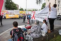 Proteste vor dem Landesparteitag der Berliner SPD.<br /> Gewerkschaften und Mieterorganisationen protestierten am Freitag den 27. Mai 2016 vor dem Landesparteitag der Berliner SPD gegen die Politik der Landesregierung. Die Gewerkschaften wollen keine weiteren Lohnkuerzungen der Angestellten im Oeffentlichen Dienst und weitere Entlassungen hinnehmen und die Mieterorganisationen wehren sich gegen den Verkauf von Sozialwohnungen an private Investoren.<br /> 27.5.2016, Berlin<br /> Copyright: Christian-Ditsch.de<br /> [Inhaltsveraendernde Manipulation des Fotos nur nach ausdruecklicher Genehmigung des Fotografen. Vereinbarungen ueber Abtretung von Persoenlichkeitsrechten/Model Release der abgebildeten Person/Personen liegen nicht vor. NO MODEL RELEASE! Nur fuer Redaktionelle Zwecke. Don't publish without copyright Christian-Ditsch.de, Veroeffentlichung nur mit Fotografennennung, sowie gegen Honorar, MwSt. und Beleg. Konto: I N G - D i B a, IBAN DE58500105175400192269, BIC INGDDEFFXXX, Kontakt: post@christian-ditsch.de<br /> Bei der Bearbeitung der Dateiinformationen darf die Urheberkennzeichnung in den EXIF- und  IPTC-Daten nicht entfernt werden, diese sind in digitalen Medien nach §95c UrhG rechtlich geschuetzt. Der Urhebervermerk wird gemaess §13 UrhG verlangt.]