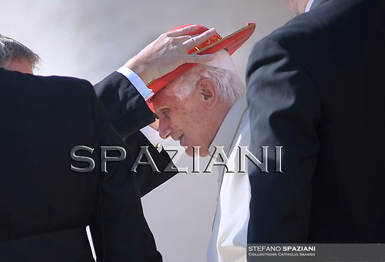 Pope Benedict XVI waves as he leaves his weekly general audience on October 7, 2009 at St Peter's square at The Vatican..Foto: Stefano Spaziani