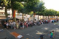 Festival de la langue occitane (une année sur deux) autour de la langue, des jeux et de la musique, place de la Grande Rigaudi<br /> Malgrè l'heure avancée, de nombreuses personnes attendent leur repas « La Taulada… »