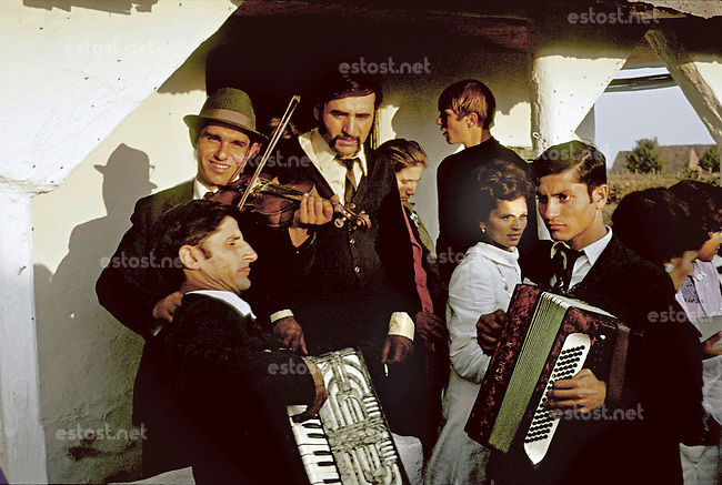 ROMANIA, Mogosoaia, September 1974..Gypsy wedding at Mogosoaia in the sunset..ROUMANIE, Mogosoaia, septembre 1974..Noce tsigane dans le soleil couchant..© Andrei Pandele / EST&OST