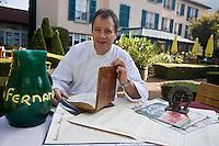 """Europe/France/Rhône-Alpes/38/Isère/ Vienne: Patrick Henriroux chef du Restaurant """"La Pyramide"""" , 14, bd Fernand Point avec les souvenirs , photos, menus, carte de l'époque de Fernand Point"""