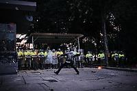 BOGOTA - COLOMBIA, 10-09-2020: Un manifestante arroja piedras al CAI de Villa Luz durante el segundo día de protestas causadas por el asesinato del abogado Javier Ordoñez, abogado de 46 años, a manos de efectivos de la Policía de Bogotá el pasado miércoles 09 de septiembre de 2020 en el barrio Villa Luz al noroccidente de Bogotá (Colombia). En lo que va corrido del 2020 la alcaldía de Bogotá ha recibido 137 denuncias  de abuso policial de las cuales la Policía acusa recibido de 38.  / Protester throws stones at CAI Villa Luz during the second day of protests caused by the murder of lawyer Javier Ordoñez, a 46-year-old lawyer, at the hands of members of the Bogotá Police on Wednesday, September 9, 2020 in Villa Luz neighborhood in the northwest of Bogotá (Colombia). So far in 2020 the Bogotá mayor's office has received 137 complaints of police abuse of which the Police accuse they have received 38. Photo: VizzorImage / Alejandro Avendaño / Cont
