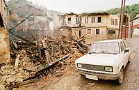 Von Kosovo-Albanern aus Rache niedergebranntes Haus einer serbischen Familie in Prizren. Die meissten niedergebrannten Haeuser in Prizren wurden von Kosovo-Albanern nach dem Einmarsch der KFOR angezuendet. In weiten Teilen des Kosovo verhaelt es sich genau umgekehrt.  <br /> Prizren/Jugoslawien, 30.7.1999<br /> Copyright: Christian-Ditsch.de<br /> [Inhaltsveraendernde Manipulation des Fotos nur nach ausdruecklicher Genehmigung des Fotografen. Vereinbarungen ueber Abtretung von Persoenlichkeitsrechten/Model Release der abgebildeten Person/Personen liegen nicht vor. NO MODEL RELEASE! Don't publish without copyright Christian-Ditsch.de, Veroeffentlichung nur mit Fotografennennung, sowie gegen Honorar, MwSt. und Beleg. Konto: I N G - D i B a, IBAN DE58500105175400192269, BIC INGDDEFFXXX, Kontakt: post@christian-ditsch.de<br /> Urhebervermerk wird gemaess Paragraph 13 UHG verlangt.]