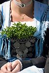DEU, DEUTSCHLAND, Bayern, Oberbayern, Chiemgau, Siegsdorf: Trachtenwallfahrt zum Wallfahrtsort Maria Eck, Tracht, Dirndl, Detail   DEU, Germany, Bavaria, Upper Bavaria, Chiemgau, Siegsdorf: costume procession to Maria Eck, place of pilgrimage, dirndl, traditional costume, close up