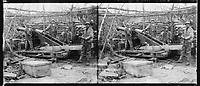 Des soldats posent autour d'une pièce de 155 court protégée par des sacs de sable à Bohéry près d'Aizy-Jouy (Aisne). 24 novembre 1917. Guerre 1914-1918.