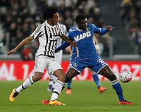 Calcio, Serie A: Juventus vs Sassuolo. Torino, Juventus Stadium, 11 marzo 2016. <br /> Sassuolo's Alfred Duncan, right, is challenged by Juventus' Juan Cuadrado during the Italian Serie A football match between Juventus vs Sassuolo, at Turin's Juventus Stadium, 11 March 2016.<br /> UPDATE IMAGES PRESS/Isabella Bonotto