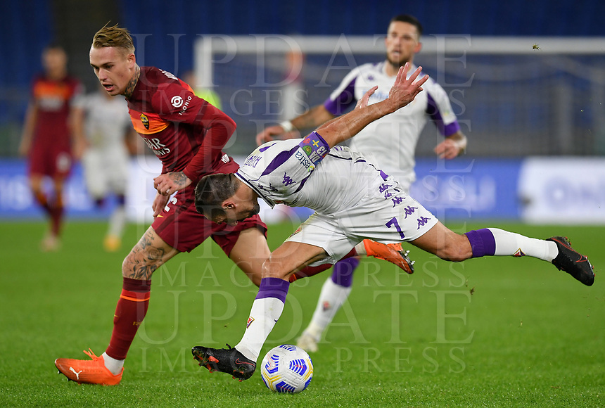 Football, Serie A: AS Roma - Fiorentina, Olympic stadium, Rome, November 1, 2020. <br />  (r) in action with  (l) during the Italian Serie A football match between Roma and Fiorentina at Olympic stadium in Rome, on November 1, 2020. <br /> UPDATE IMAGES PRESS/Isabella Bonotto