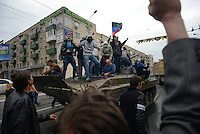 A tank is being captured by the crowd.<br /> <br /> Ukraine's security forces claimed to have killed 21 pro-Russian separatists in Mariupol on one of the bloodiest military repression since the so called anti-terror operation's inception.