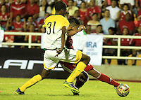CALI -COLOMBIA-29-02-2016. Feiver Mercado (Der) Orsomarso SC disputa el balón con Duan Cortes (Izq) jugador de América Cali durante partido de la fecha 3 del Torneo Águila 2016 jugado en el estadio Ciro Lopez de Popayán./ Feiver Mercado (R) player of Orsomarso SC struggles the ball with Duan Cortes (L) player of America de Cali during the date 3 match of the Aguila Tournament 2016 played at Ciro Lopez stadium in Popayan. Photo: VizzorImage/Juan C. Quintero/