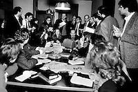 giornalisti nella sala stampa del palazzo di giustizia di Milano, 1993