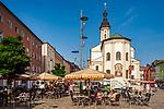 Deutschland, Bayern, Chiemgau, Traunstein:  Eis-Café Cortina auf dem Stadtplatz mit Stadtpfarrkirche St. Oswald und dem Lindlbrunnen | Germany, Bavaria, Chiemgau, Traunstein: ice cream parlour on town square with town parish church St Oswald