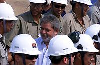 O presidente Luiz Inácio Lula da Silva cumprimenta operáruios durante a  inauguração da industria de beneficiamento de cobre do Sossego da Cia Vale do Rio Doce . Tendo ao fundo a pilha de cobre.<br />Canaã dos Carajás, Pará Brasil.<br />02/07/2004.<br />Foto Paulo Santos/Interfoto