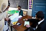Après avoir apposé son pouce marqué d'encre indélibile sur le registre, un vieil homme examine son bulletin de vote avant d'aller dans l'isoloir. Chaque parti est représenté par un symbole comme la flèche pour le PPP, le tigre pour le PML-N, ou la bicyclette pour le PML-Q.  Pour voter, il suffit d'apposer un tampon sur la case de son choix.