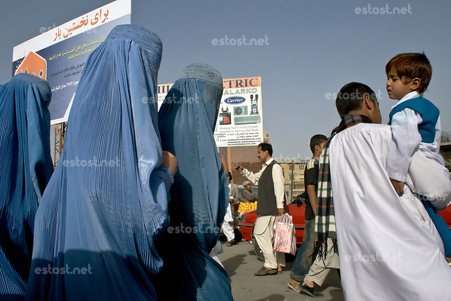 AFGHANISTAN, 06.2008, Kabul. Familie auf dem Markt: Die Ehefrauen oder weiblichen Familienmitglieder folgen dem Mann mit einem Meter Abstand. | Market square: Wives or female family members following the patriarch with one meter distance.<br /> © Marzena Hmielewicz/EST&OST