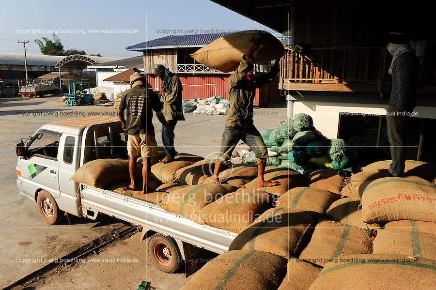 Suedostasien Asien Laos Vientiane Reismuehle Chengsawang exp-imp co Ltd.  Bauern liefern Reis an | .LAOS rice mill in Vientiane