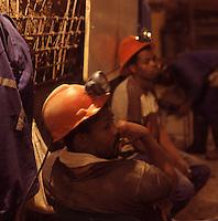 SUDAFRICA - Kimberley, miniera di diamanti di Bultfontein ( Miniere De Beers): minatori durante una pausa.