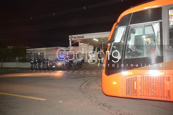 CURITIBA, PR, 31.05.2021 Onibus em funcionamento em Curitiba-  Onibus de Curitiba tiveram saida com apoio da guarda municipal apos haver suposto manifestacao de fechamento em garagens dos onibus em redes sociais apos lockdown dos comercios em Curitiba nessa segunda(31)